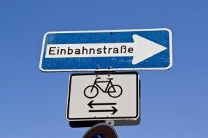 Zusätzliche Verkehrszeichen in einer Fahrradstraße zeigen, wer diese befahren darf.