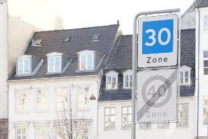 Verkehrszeichen in Dänemark können Gebote und Verbote definieren sowie auf Gefahren hinweisen.
