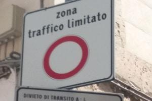 Verkehrszeichen geben in Italien sowohl Verbote als auch Gebote und Warnungen wieder. Darüber hinaus dienen sie meist auch als Hinweisgeber.
