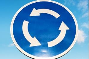 So sieht das Verkehrszeichen für den Kreisverkehr aus.