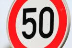 Verkehrszeichen Tempo 50 in Nahaufnahme