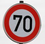 Verkehrszeichen Tempo 70 in Nahaufnahme
