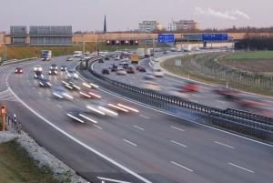 Auf einer Verteilerfahrbahn müssen die Verkehrsteilnehmer gegenseitig Rücksicht aufeinander nehmen.