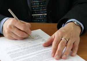 Die Vollmacht für den Rechtsanwalt sollte vor dem Unterzeichnen genau durchgelesen werden.