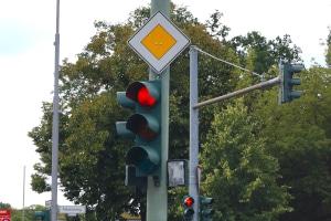 Für die Vorfahrt gilt das Schild, wenn die Ampeln ausfallen.