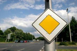 """Die Vorfahrtsregelung in der Spielstraße besagt: Bei gleichberechtigten Straßen gilt """"rechts vor links""""."""