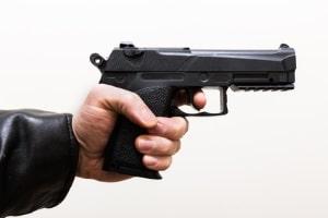 Ist die Waffenbenutzung das mildeste Abwehrmittel, kann sie unter das Notwehrrecht fallen.
