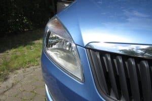 Wenn Sie bei Ihrem Wagen den Lack polieren, können Sie sich danach auch an die Scheinwerfer wagen.