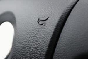 Das Warnzeichen Hupe wird laut StVO als Schallzeichen bezeichnet