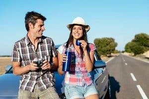 Was gehört in ein Auto? Eine Wasserflasche sollten Sie dabeihaben.