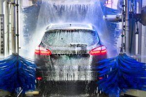 Wasser im Auto kann mehrere Ursachen haben - und unangenehme Folgen.