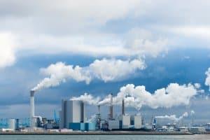 Wasserverschmutzung: eine der möglichen Folgen ist der saure Regen, verursacht von Abgasen.