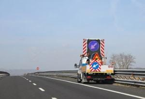 Wechselverkehrszeichen auf der Autobahn sind auch mobil an Fahrzeugen möglich.