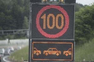 Über Wechselverkehrszeichen kann der Verkehrsfluss nach Bedarf beeinflusst werden.