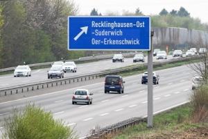 Wegweisungen auf der Autobahn zeigen unter anderem an, welche Ziele Sie an einer Ausfahrt finden.