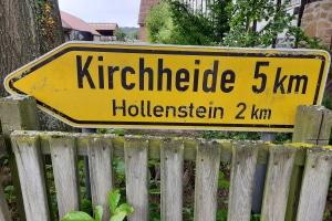 Wegweisungen geben unter anderem Informationen darüber, zu welchem Ziel eine Straße führt.