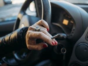 Welche Tätigkeiten können beim Fahren zu risikoreichen Ablenkungen führen?