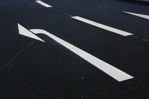 Wenden und Abbiegen wird durch Verkehrszeichen und Pfeile angezeigt.