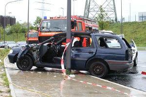 Mit Winterreifen im Sommer ist ein Unfall schnell geschehen. Ursächlich ist der längere Bremsweg.