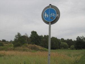 Wo darf man mit Inlineskates fahren? In jedem Fall auf einem gemeinsam für Fußgänger und Radfahrer ausgewiesenen Weg.