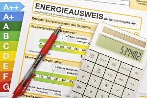 Wer ein Wohngebäude verkaufen will, muss ein Energieausweis für das Haus besorgen.