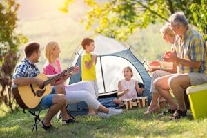 Campingurlaub mit der ganzen Familie? Jeder kann ein Wohnmobil ausleihen, einige Vermieter legen allerdings ein Mindest- und Höchstalter fest.