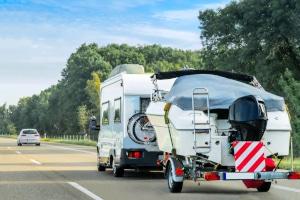 Wohnmobil mit Anhänger: Welche Höchstgeschwindigkeit müssen Sie einhalten?