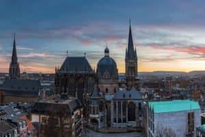 In der Städteregion Aachen nimmt das Straßenverkehrsamt Wunschkennzeichen-Anfragen entgegen.
