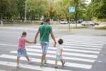Wird auf einen Zebrastreifen mit einem Schild hingewiesen, sollten Autofahrer besonders aufmerksam sein.