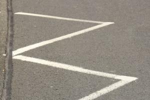 Fahrbahnmarkierung im Zick-Zack: Eine solche Linie markiert den Bereich eines Halt- oder Fahrverbots.