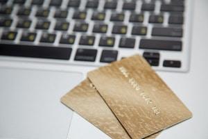 Zoll: Eine Internetbestllung aus den USA oder China kann durch Einfuhrabgaben teuer werden.