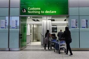 Welche Zollbestimmungen gelten am Flughafen?