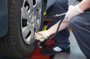 Zu wenig Druck kann zu einer Reifenpanne führen.
