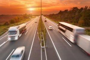 Die zulässige Geschwindigkeit außerhalb geschlossener Ortschaften hängt auch vom Kfz ab.