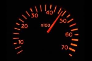 Auf Zypern am Verkehr teilnehmen: Wer sich nicht an Tempolimits hält, muss Sanktionen fürchten.